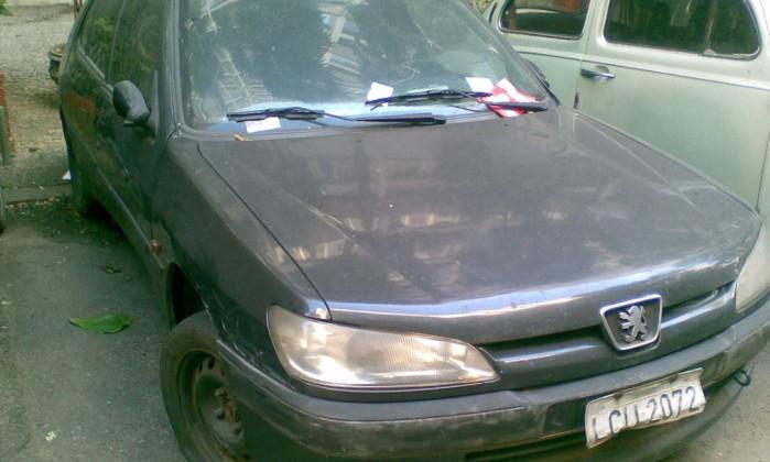 Leitora reclama dos carros abandonados na Rua Roberto Dias Lopes, no Leme. Segundo ela, pelo menos cinco veículos sem condições de uso estão parados na via Foto da leitora Gabriele Lomba do Nascimento / Eu-Repórter