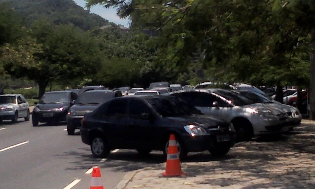 Apesar da operação contra o estacionamento irregular realizada no sábado na Avenida Epitácio Pessoa, infrações continuam a ocorrer na via Foto do leitor Leonardo Conde de Alencar / Eu-Repórter