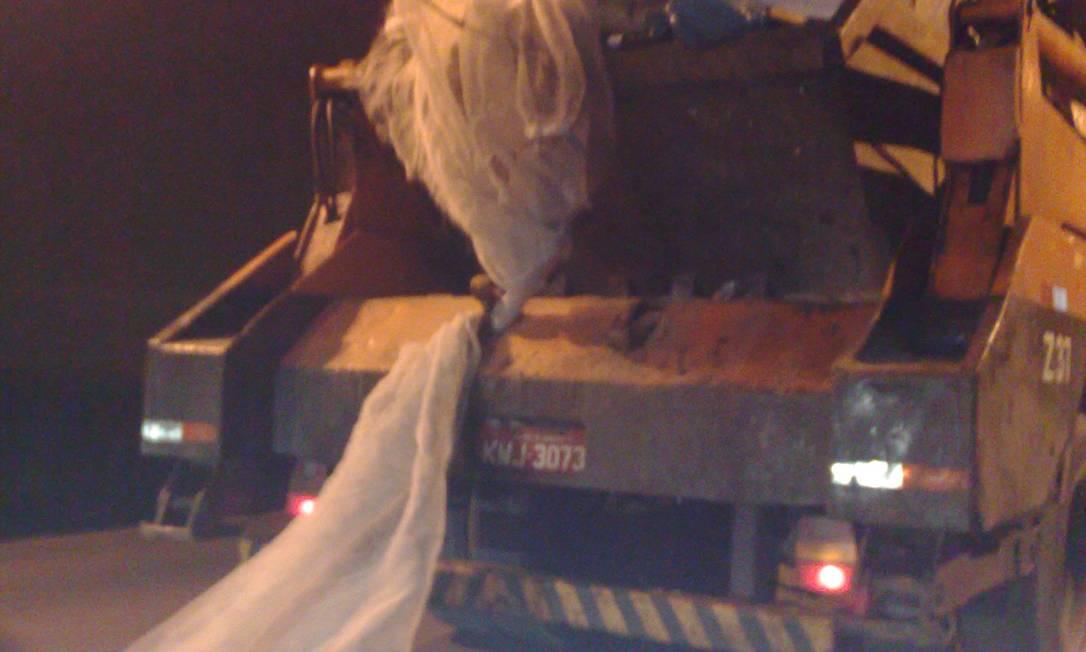 Caminhão da Comlurb trafega com excesso de entulho na caçamba e a tela de proteção solta. Flagrante foi feito no Túnel Rebouças Foto do leitor Marcos Estrella / Eu-Repórter