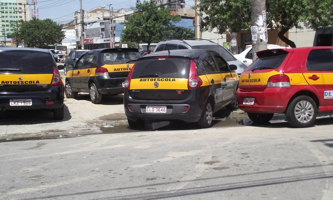 Veículos de autoescola estacionam sobre o passeio na Rua Camoatim, em Vila Cosmos, Zona Norte do Rio Foto do leitor Mauricio de Almeida Magalhães / Eu-Repórter