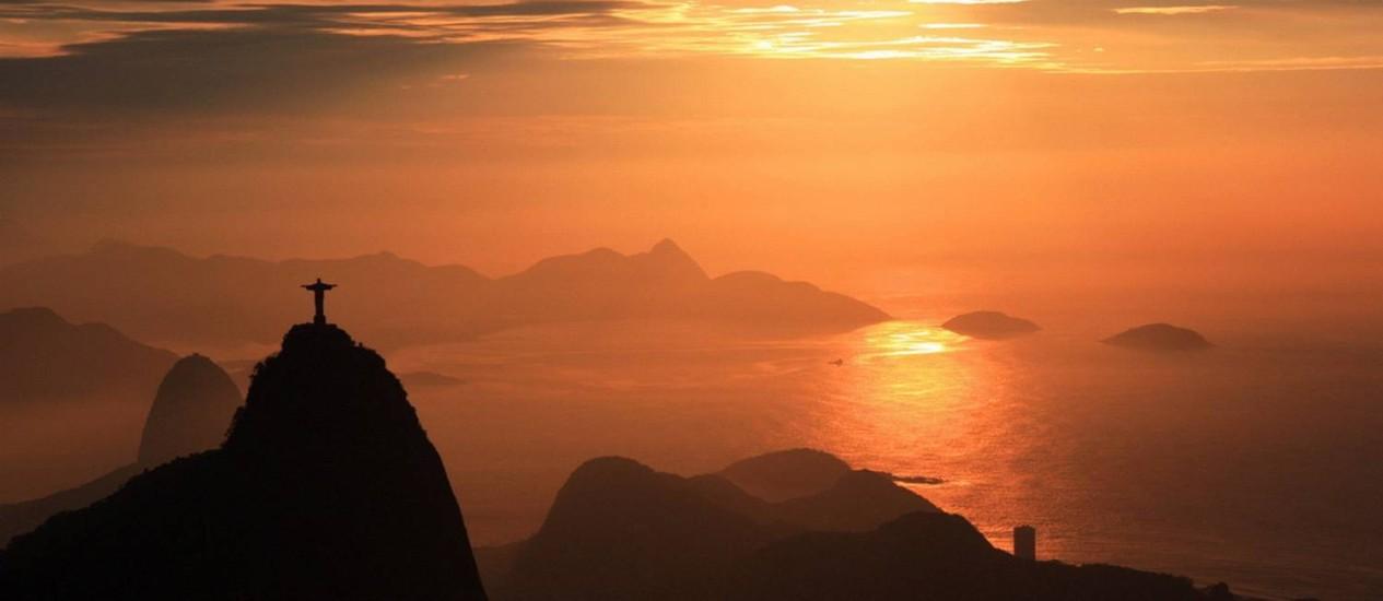 Amanhecer no Rio, visto do Sumaré, no primeiro dia do horário de verão Foto: Foto do leitor Marcos Estrella - 20/10/2012 / Eu-Repórter