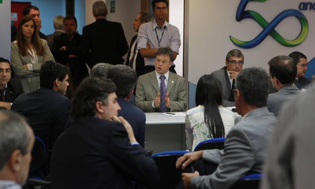 A favor. O diretor financeiro da Eletrobras, Armando Casado (ao centro), que presidiu a assembleia de acionistas da empresa Foto: givaldo barbosa