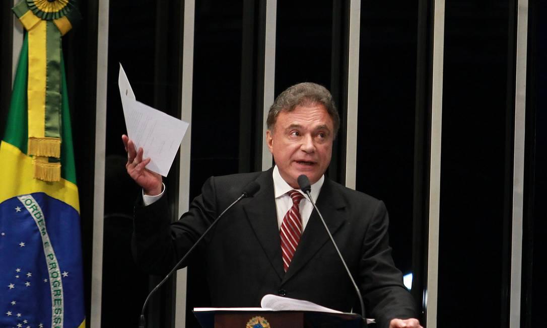 O senador Alvaro Dias (PSDB-PR) e líder do PSDB no Senado, durante seu discurso sobre a Operação Porto Seguro da Policia Federal Foto: O Globo / Aílton de Freitas