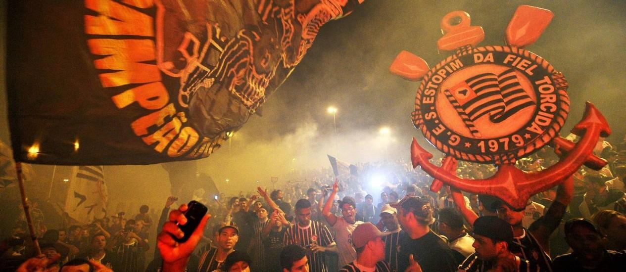 Torcedores do Corinthians em São Paulo na despedida do time antes do embarque para o Japão Foto: Nelson Almeida / AFP