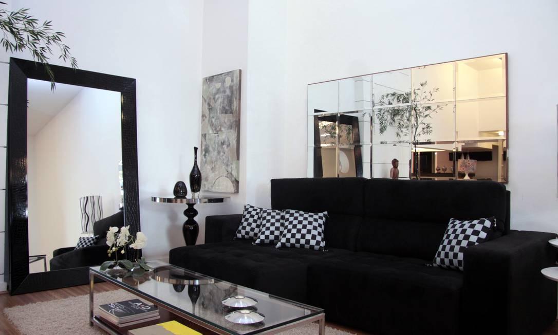O arquiteto Ricardo Raposo assume o preto na mobília e deixa o branco como pano de fundo, para destacar a decoração Divulgação