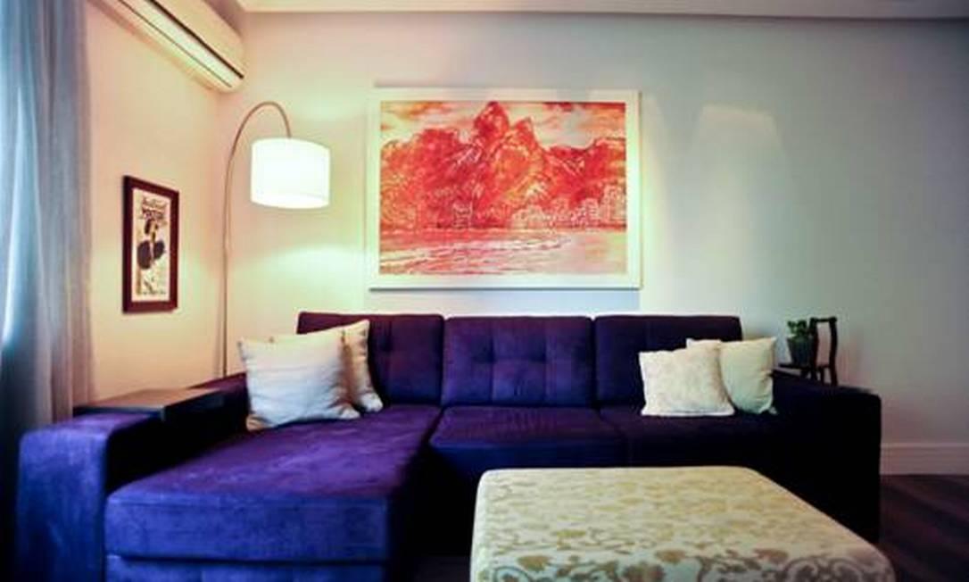 O sofá roxo toma conta do ambiente, em projeto da arquiteta Kátia Ibhraim. O quadro laranja brinca com a peça Divulgação