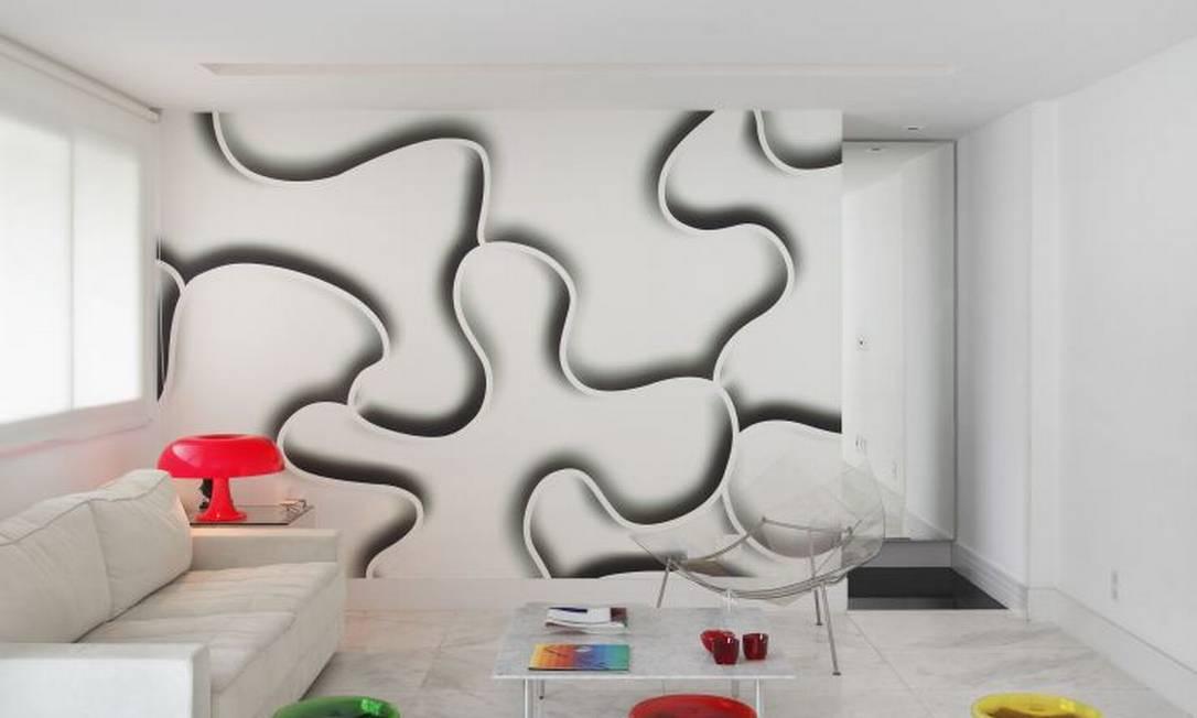 No projeto do arquiteto Thoni Litsz, o branco rouba a cena. O papel de parede com desenho em tom de preto, além da luminária e bancos coloridos vêm para quebrar qualquer monotonia Divulgação