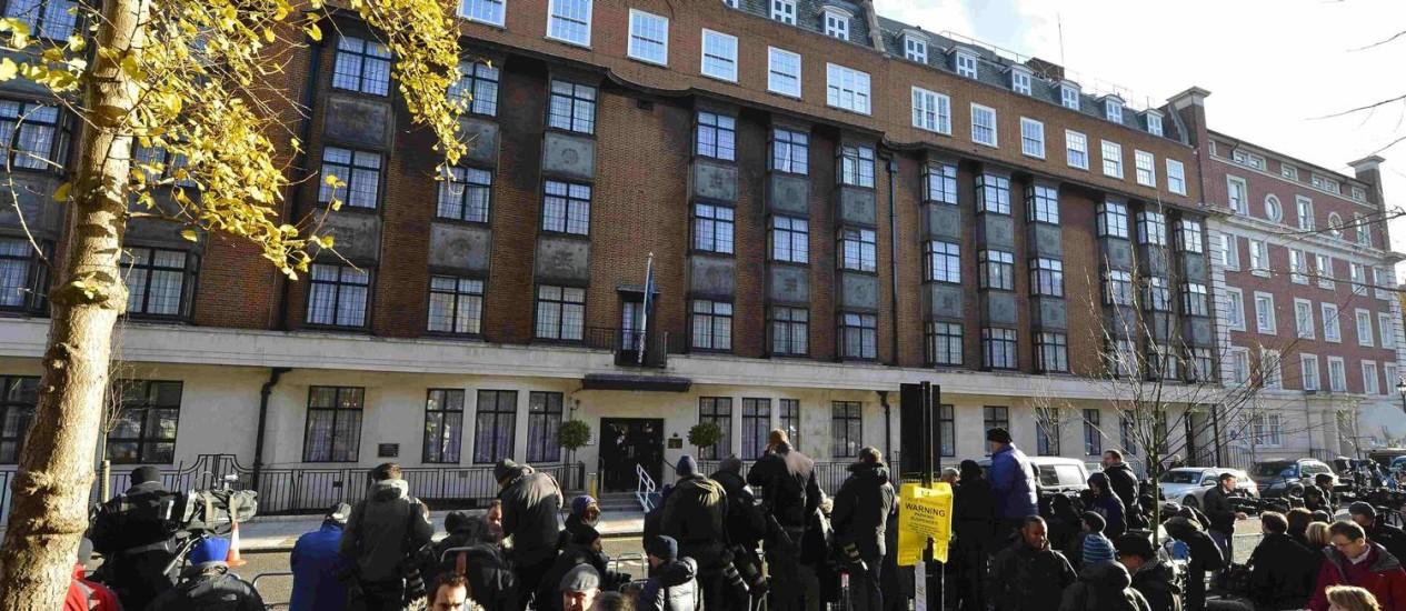 Jornalistas e fotógrafos fazem plantão do lado de fora do hospital onde está Kate Foto: TOBY MELVILLE / Reuters