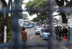 Foram expedidos 65 mandados de prisão contra PMs de nove batalhões Foto: Bruno Gonzalez / Extra