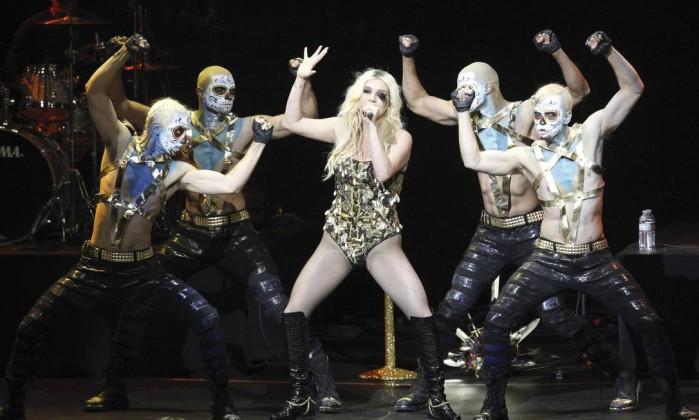 Ke$ha, conhecida por suas apresentações bizarras, canta cercada por dançarinos Reuters