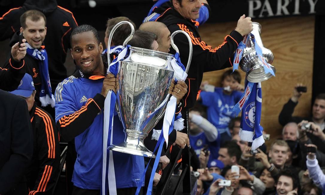 Drogba com a taça da Liga dos Campeões de 2012. Torneio é o mais valioso do mundo Foto: Paul Hackett / Reuters