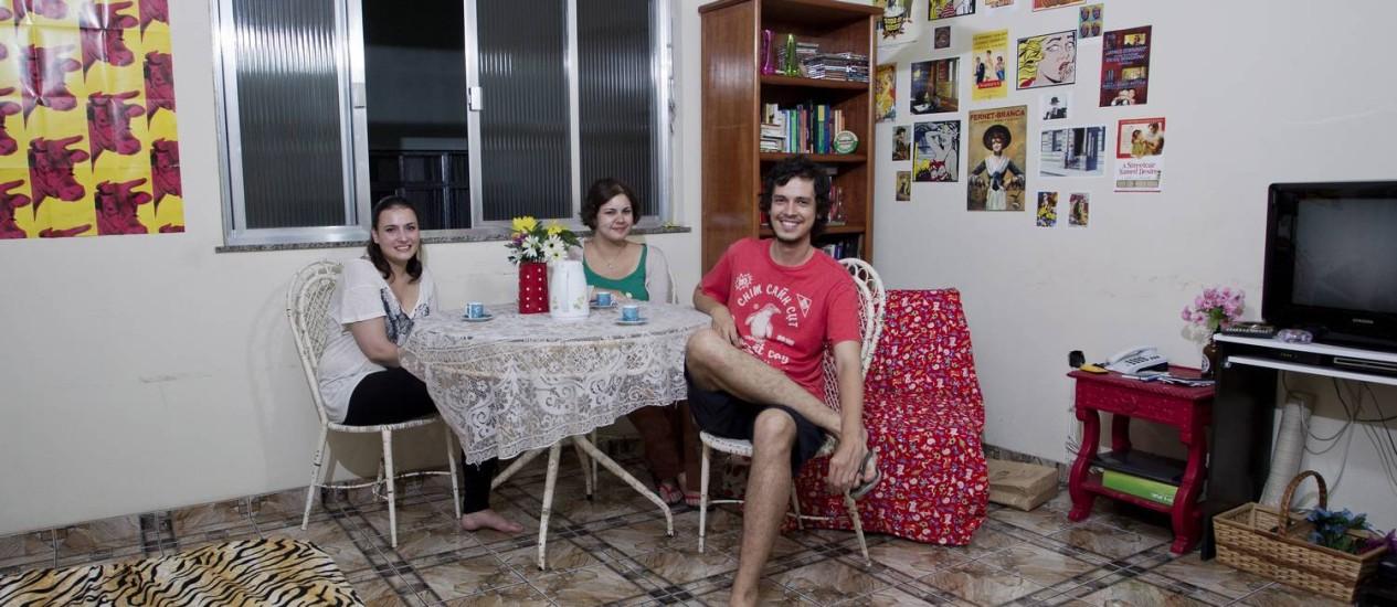 Na foto o estudante Mateus Pinto se mudou da casa dos pais, no Leblon, para dividir um apartamento na Tijuca com mais 3 amigos. Na foto ele posa ao lado da namorada Isadora Torres e da amiga Gabrielle Augusto (cabelo curto) Foto: Guito Moreto