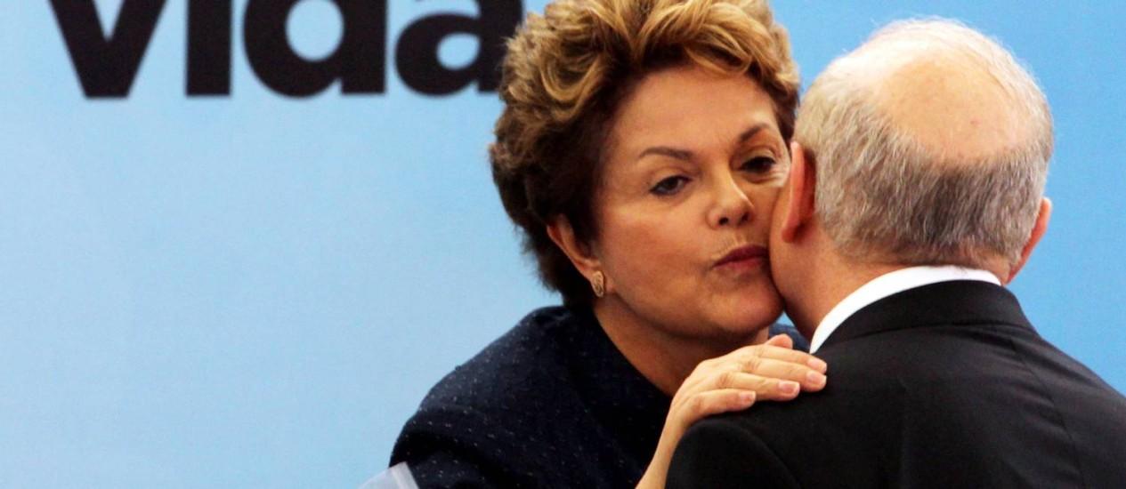 Presidente Dilma Rousseff cumprimenta o ministro da Fazenda Guido Mantega, durante cerimônia em celebração à entrega de um milhão de moradias pelo Programa Minha Casa Minha Vida no Palácio do Planalto Foto: Agência O Globo
