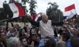 Manifestante da oposição segura bandeira do Egito em frente ao palácio presidencial