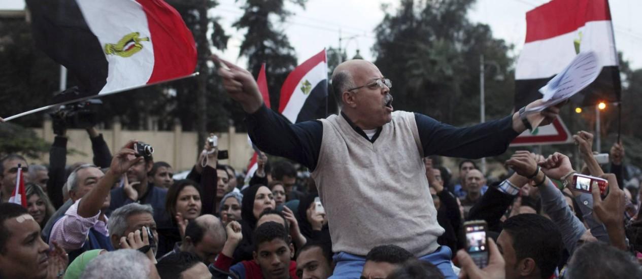 Manifestante da oposição segura bandeira do Egito em frente ao palácio presidencial Foto: REUTERS/ASMAA WAGUIH