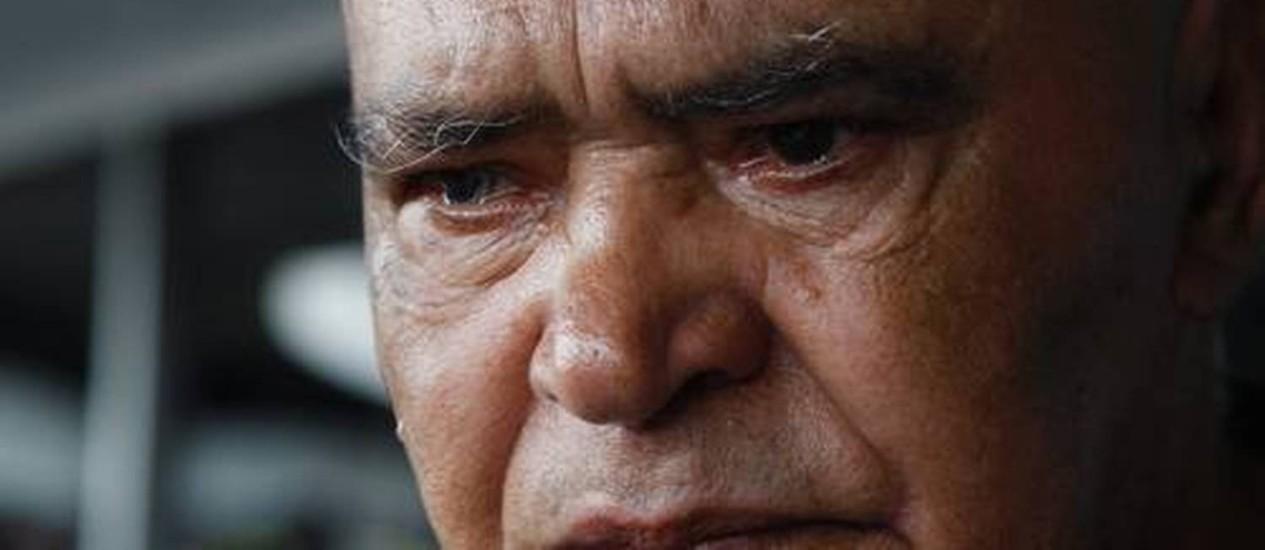 Adalto Luiz de Souza morou por cerca de um mês no Aeroporto Tom Jobim. Na foto, o idoso se emociona ao falar da mãe Foto: Marcos Tristão / O Globo