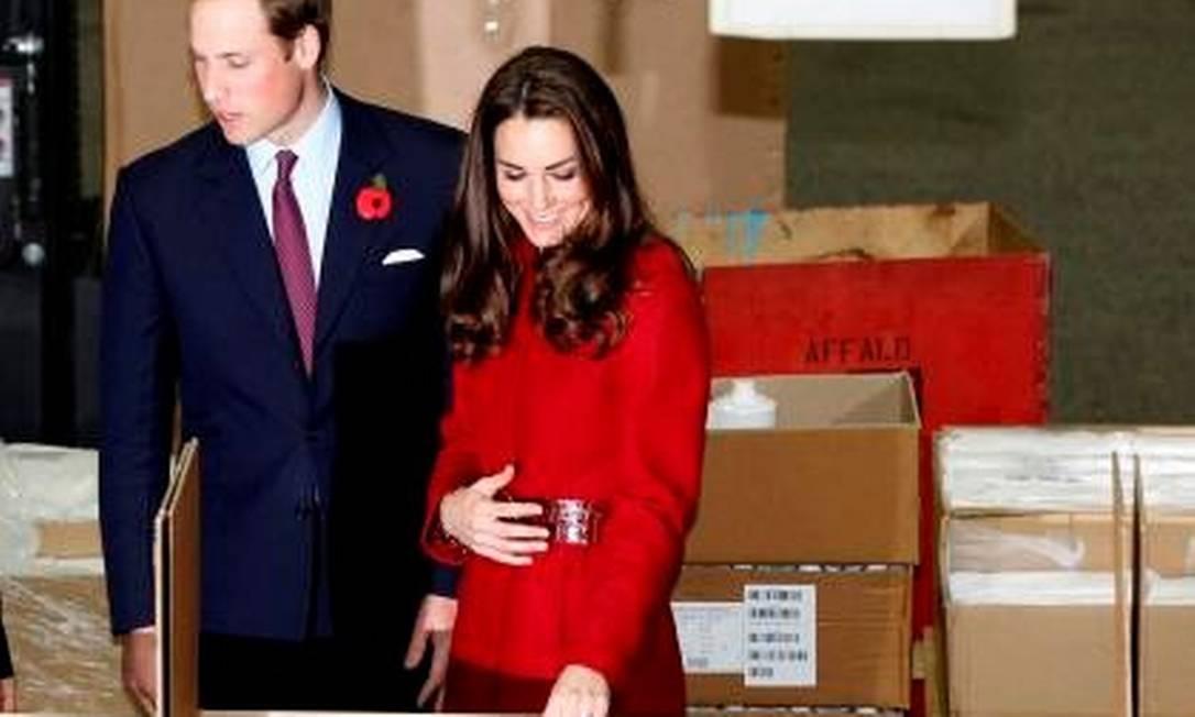 Suspeitas começaram a se intensificar: revista britânica 'In Touch' publicou mais uma foto que evidenciava gesto Reprodução