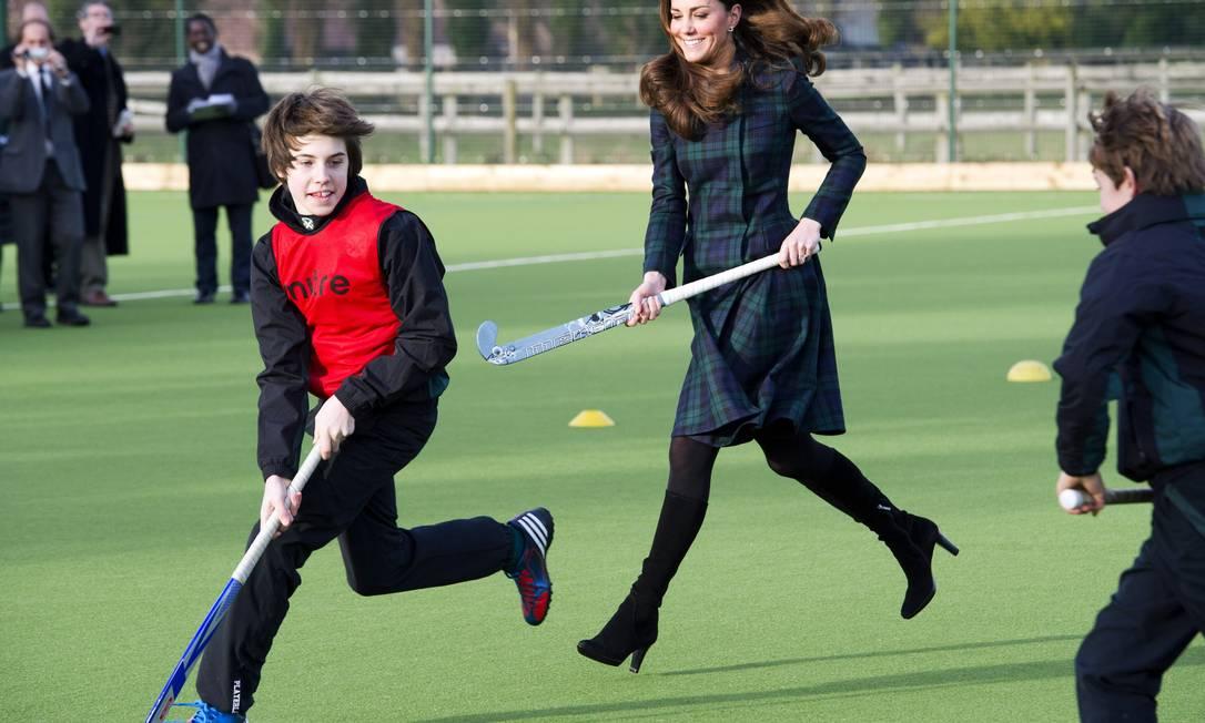 Em últtima aparição pública antes de anúncio oficial, duquesa de Cambridge visita sua antiga escola: ela chegou a correr com alunos, de salto alto AP/Arthur Edwards