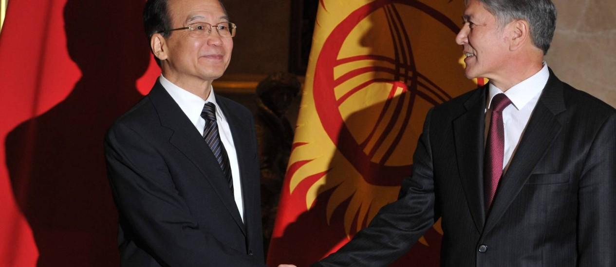 O primeiro-ministro chinês, Wen Jiabao (à esquerda), com o presidente do Quirguistão, Almazbek Atambayev Foto: AFP/VYACHESLAV OSELEDKO