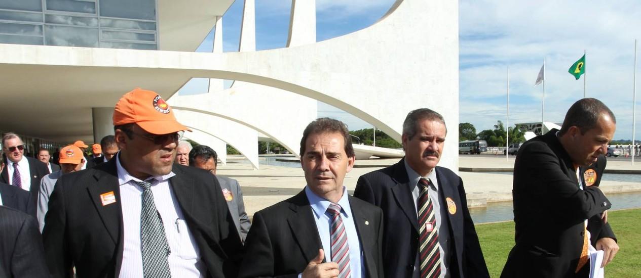 Sem acordo. Paulinho (no centro) e sindicalistas deixam o Palácio do Planalto após reunião na Secretaria Geral da Presidência Foto: O Globo / Gustavo Miranda