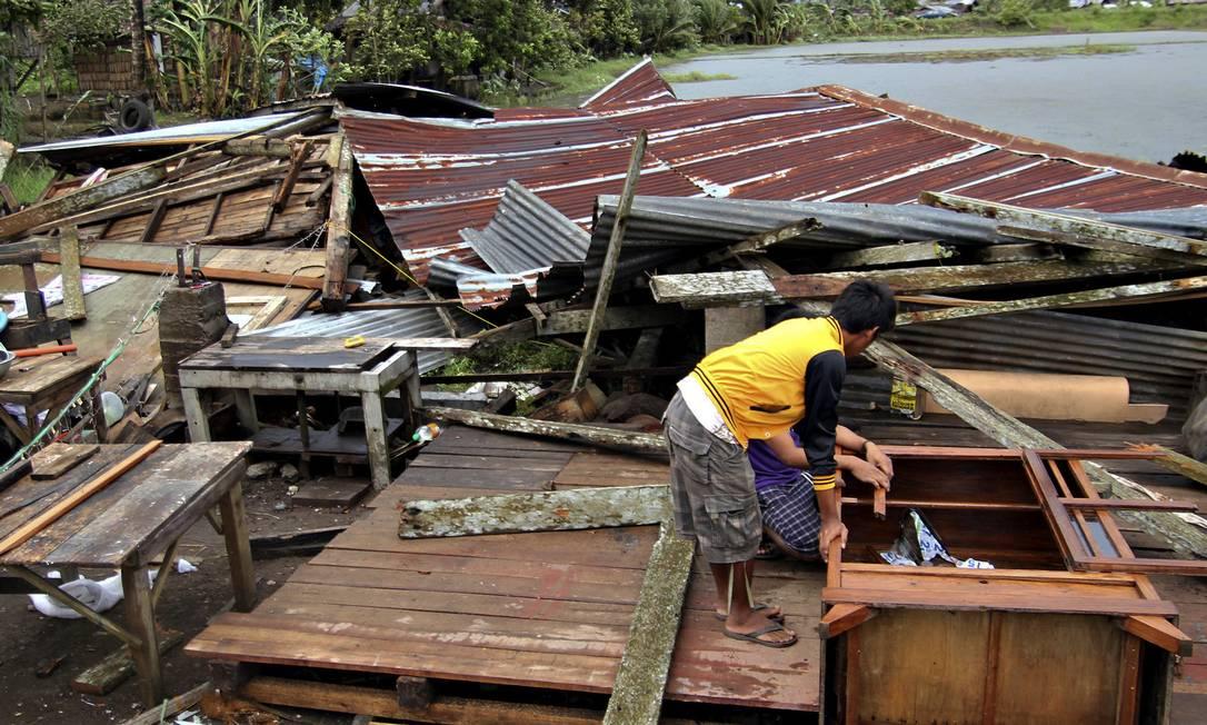 O tufão Bopha atingiu a parte sul das Filipinas deixando ao menos 230 mortos até esta quarta-feira AP/Karlos Manlupig