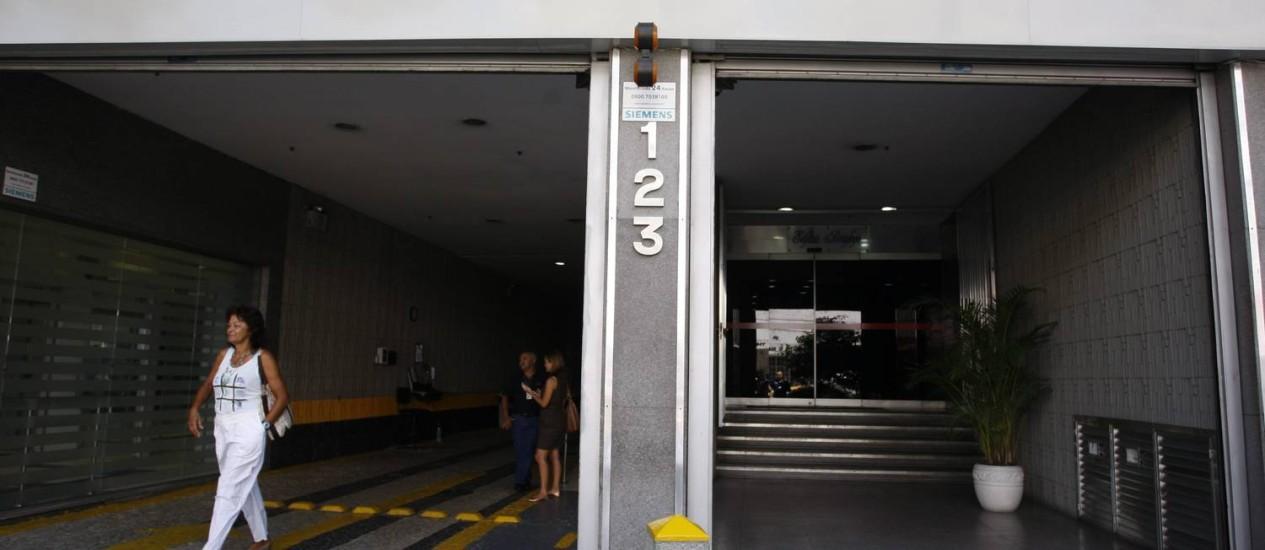 Entrada do prédio em Botafogo onde elevador despencou Foto: Marcos Tristão / O Globo