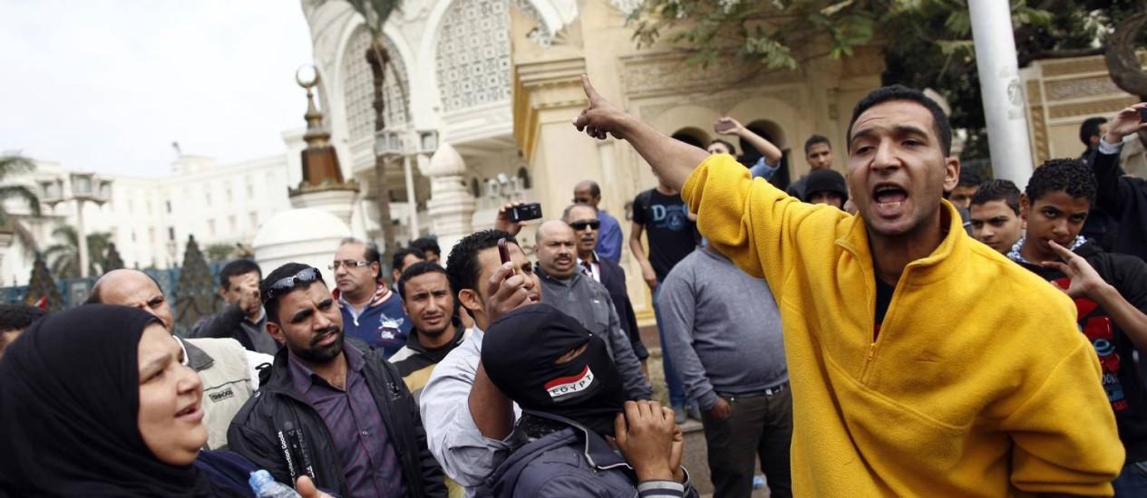 Egípcios gritam slogans contra presidente islamista no Cairo: marcha da Irmandade pode gerar confusão e violência Foto: MAHMOUD kHALED / AFP