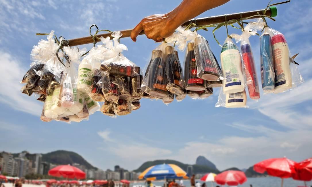 Ambulante vende protetor solar na praia de Copacabana; calor pede mais cuidados com a pele Foto: Simone Marinho 23/01/2012 / O Globo