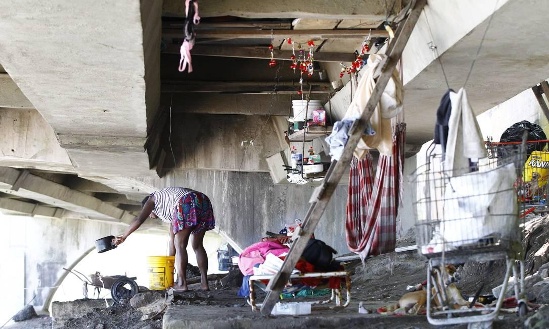 Uma moradora de rua vive sob o viaduto Pablo Jacob / O Globo
