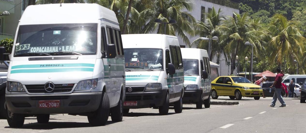 As vans de transporte alternativo serão proibidas de circular no Centro e na Zona Sul da cidade. Na foto, vans fazem ponto no final do Leme Foto: Márcia Foletto / O Globo