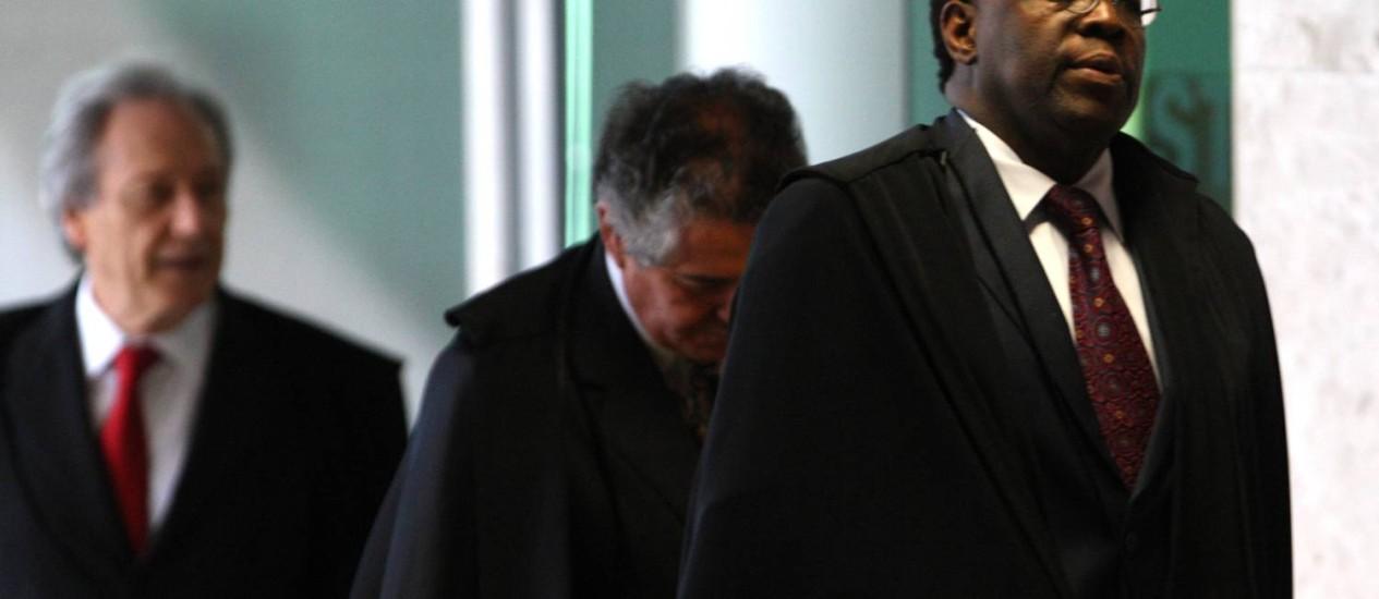 O presidente do STF, ministro Joaquim Barbosa, ao lado do ministro Marco Aurélio Mello e do ministro Ricardo Lewandowski Foto: Givaldo Barbosa / Agência O Globo