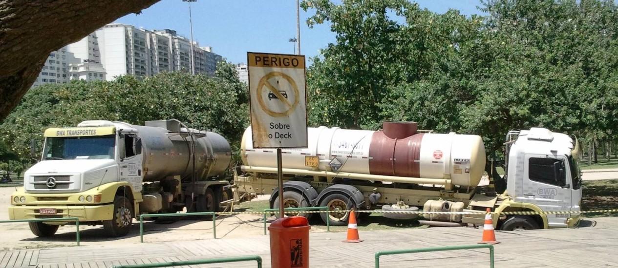 Caminhão destrói piso de madeira ao tentar passar sobre ele Foto: Eu-Repórter / Foto do leitor Ebuzolo