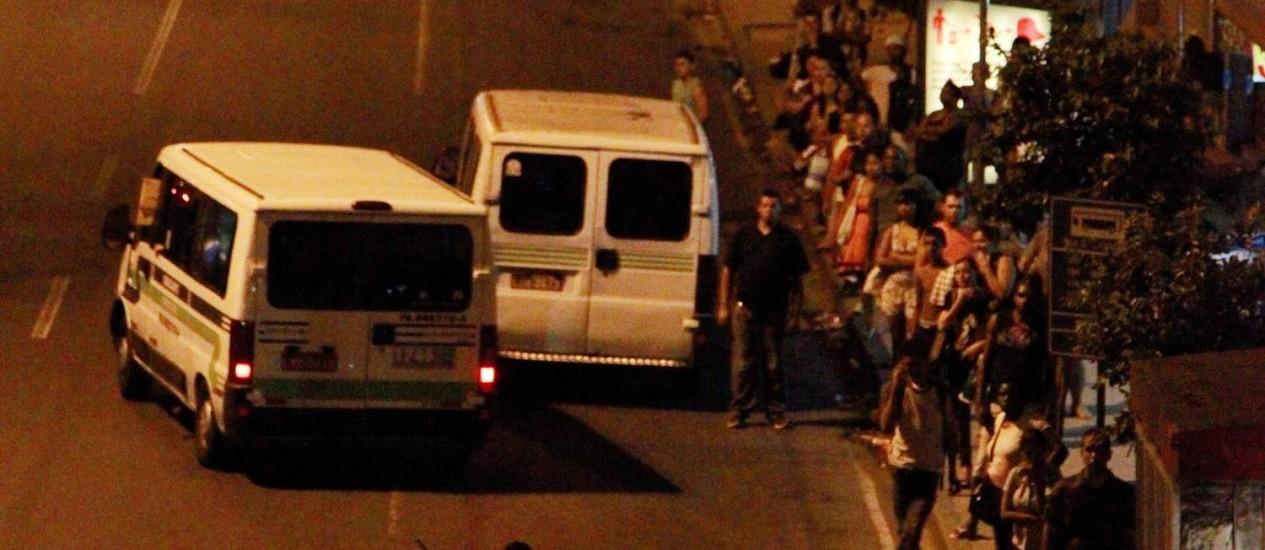 Vasn transitam na noite desta quarta-feira na Avenida Francisco Bicalho, no Centro Foto: Marcelo Piu / O Globo