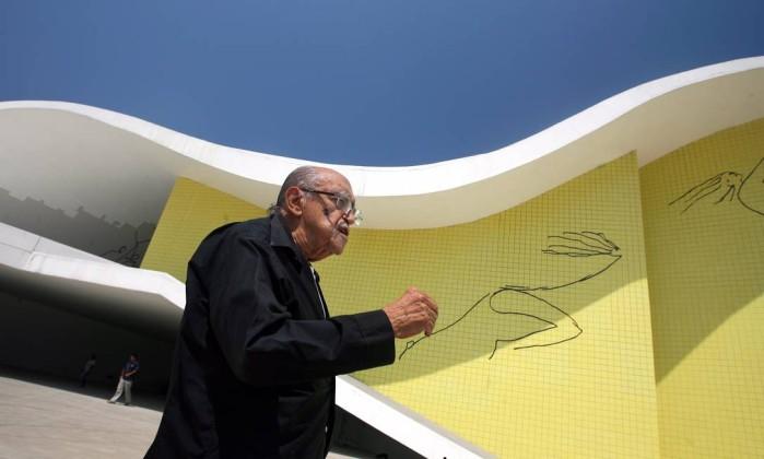 Niemeyer diante do Teatro Popular, em Niterói. Márcia Foletto / Agência O Globo