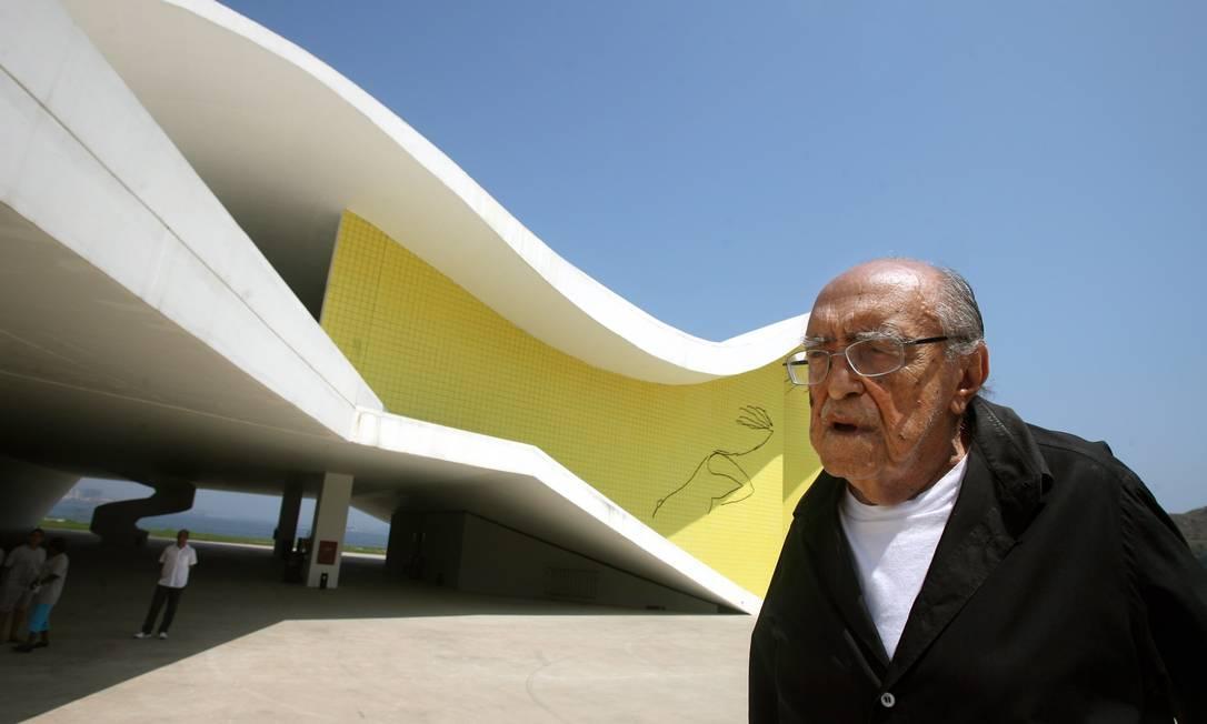 Niemeyer diante do Teatro Popular, em Niterói Márcia Foletto / Agência O Globo