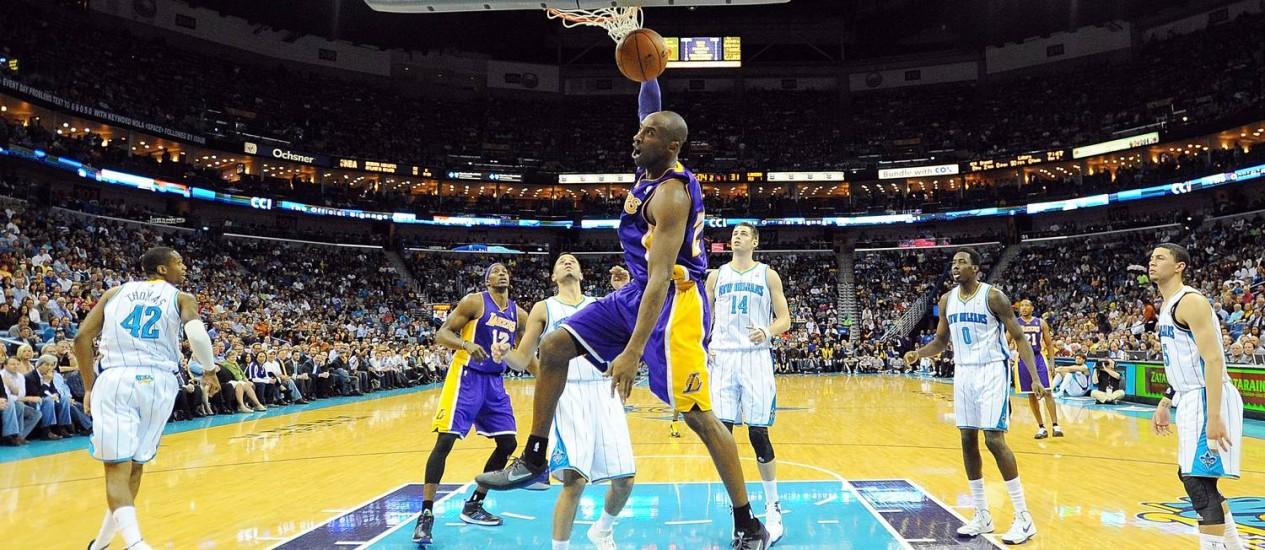 Kobe Bryant faz a enterrada no jogo histórico em que atingiu a marca de 30 mil pontos Foto: Stacy Revere / AFP