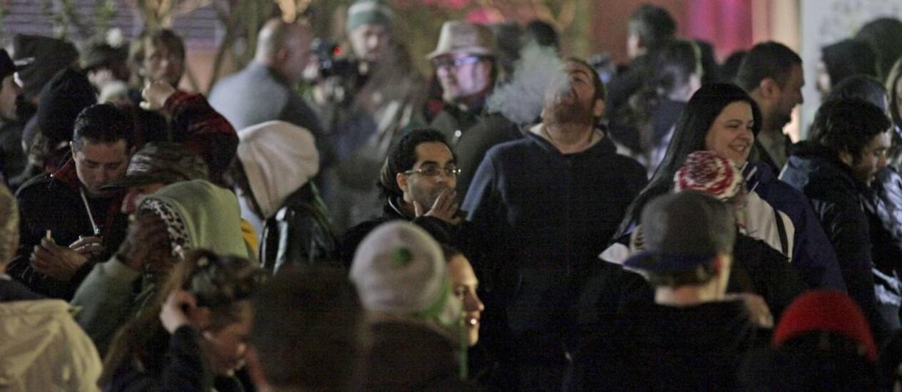 Pessoas comemoram de madrugada em Seattle a entrada em vigor da descriminalização da maconha, mas o uso em público continua proibido Foto: Reuters