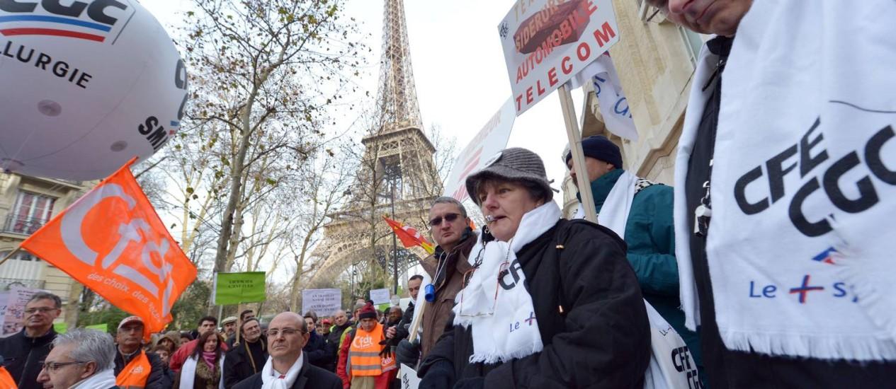 Trabalhadores de uma empresa de telecomunicações protestam em Paris contra o corte de 5.500 empregados Foto: MIGUEL MEDINA / AFP
