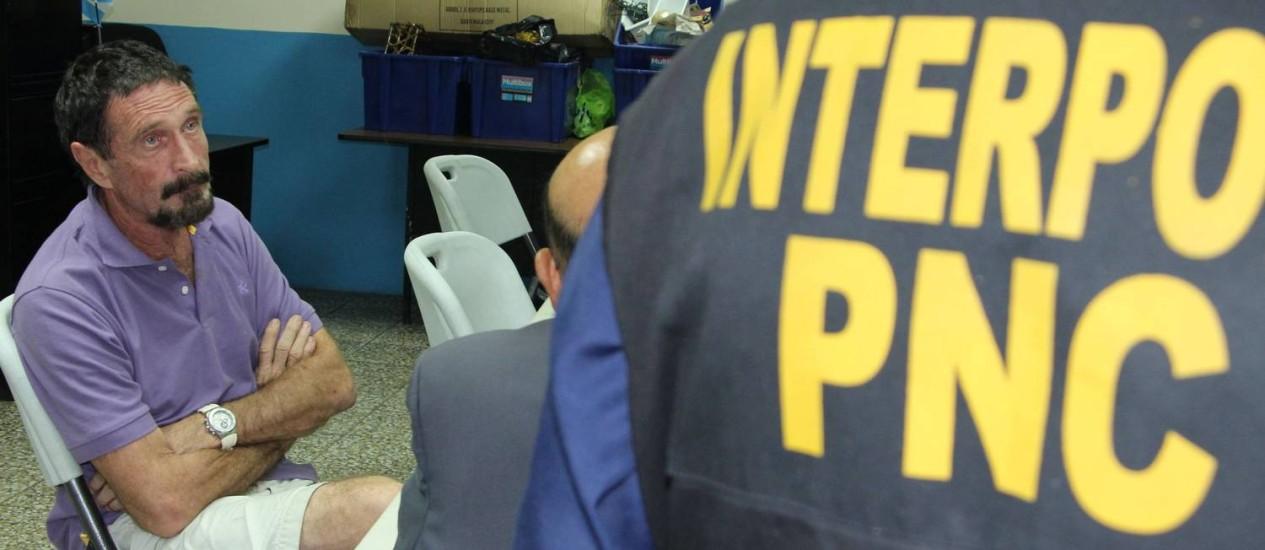 McAfee sendo interrogado pela Interpol na capital da Guatemala Foto: - / AFP/Policia Nacional Civil