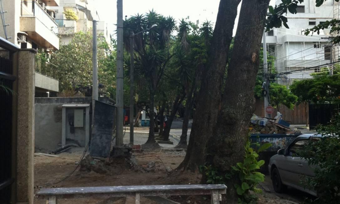 Obra destrói calçada ns Rua John Kennedy, no Jardim Oceânico, na Barra da Tijuca. Leitor teme o corte das árvores Foto do leitor Eraldo de Siqueira Junior / Eu-Repórter