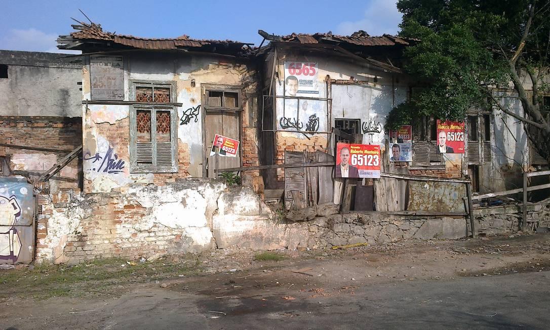 Casarão abandonado ameaça desabar na esquina das ruas João Vicente e Dona Vicencia, em Oswaldo Cruz, na Zona Norte do Rio Foto da leitora Ana Cristina Campos / Eu-Repórter