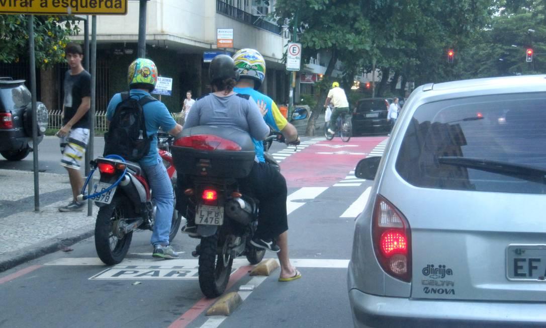Motociclistas ocupam indevidamente a ciclovia da Rua Figueiredo de Magalhães, em Copacabana Foto do leitor Marcos William Araújo Vianna / Eu-Repórter