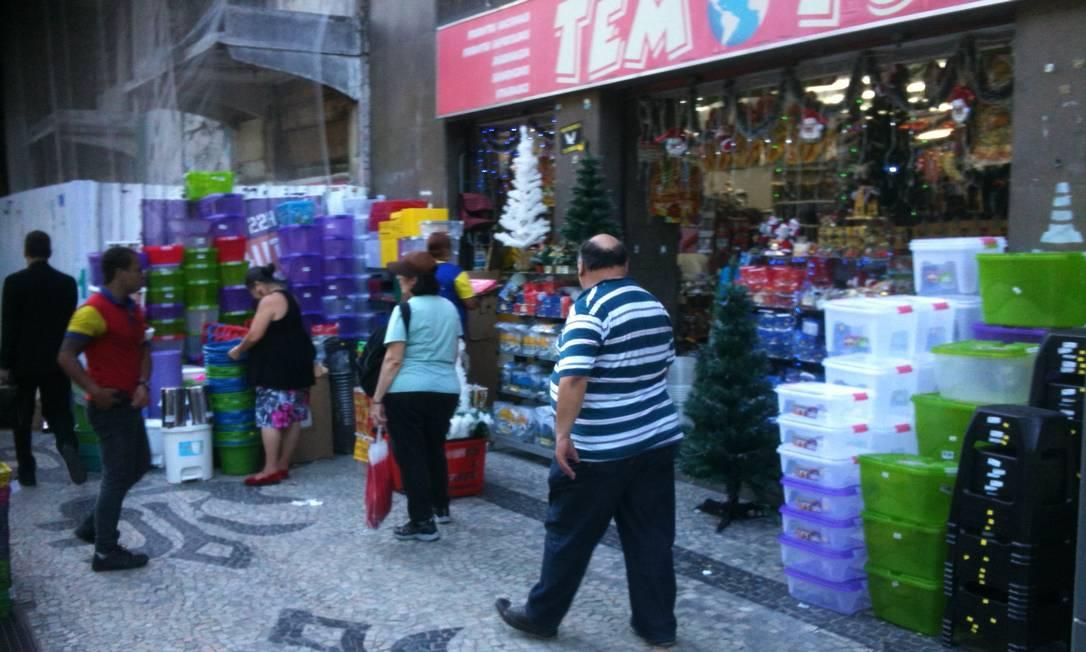 Na Cinelância, loja 'Tem de Tudo' expõe produtos em cima da calçada e dificulta a passagem dos pedestres Foto do leitor Paulo Roberto Walter / Eu-Repórter