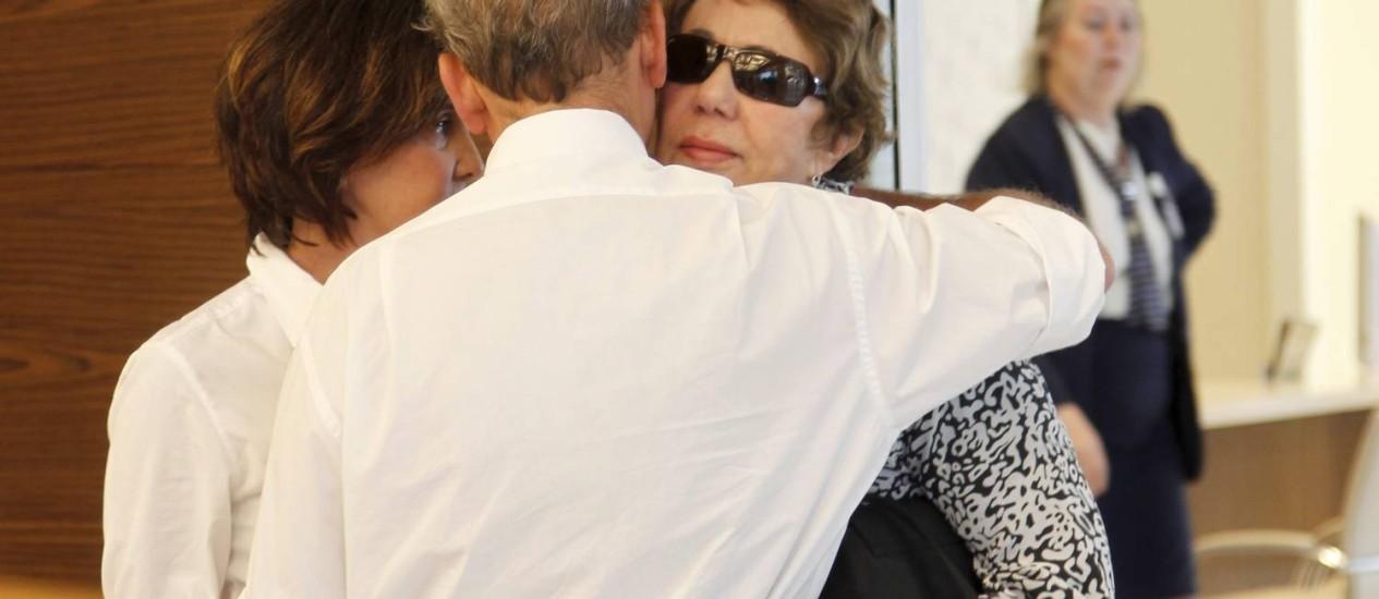 Viúva de Niemeyer, Vera Lucia recebe os cumprimentos de um amigo da família Foto: Marcelo Carnaval