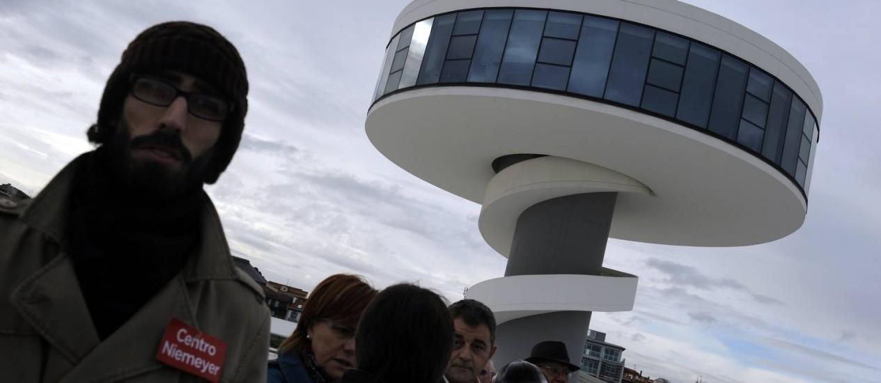 Moradores de Avilés prestam homenagem a Oscar Niemeyer em frente ao centro cultural que leva seu nome Foto: Reuters