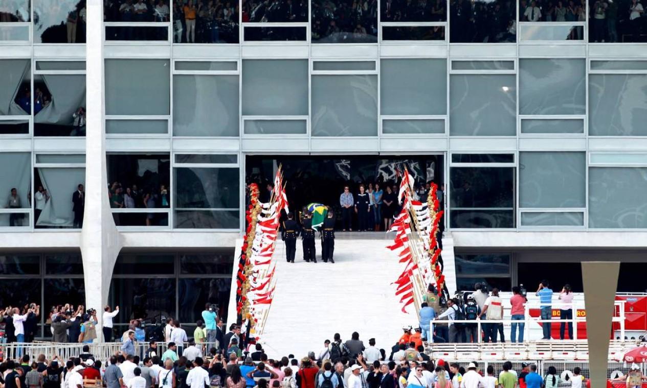 Público acompanha a chegada do corpo de Oscar Niemeyer ao Palácio do Planalto Foto: Ailton de Freitas/AgênciaOglobo