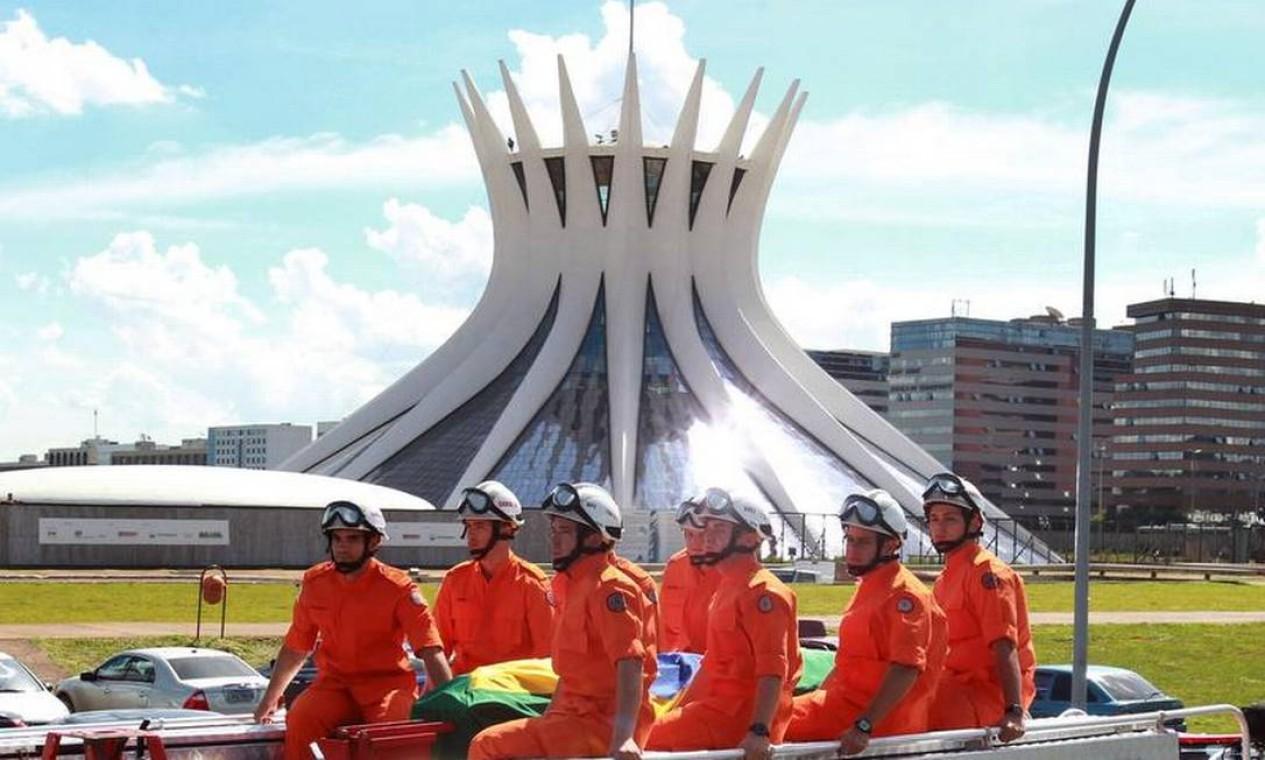 Cortejo do corpo do Arquiteto Oscar Niemeyer pela Esplanada dos Ministérios com a Catedral de Brasília ao fundo Foto: Givaldo Barbosa / Agência O Globo