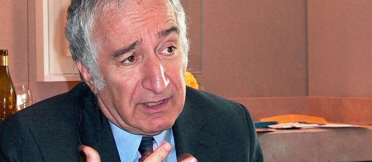Livro do economista Bernardo Kliksberg será um dos utilizados Foto: José Meirelles Passos
