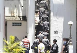Sem comunicação. PMs presos foram levados para o presídio de Bangu 8 Foto: Márcia Foletto / O Globo