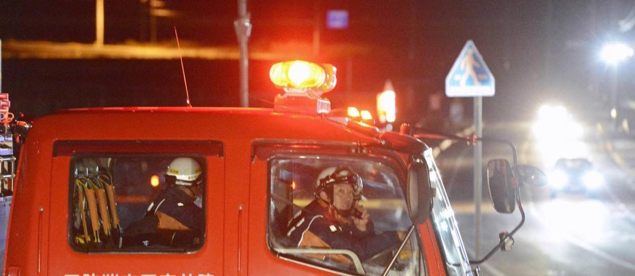 Bombeiros em alerta após terremoto atingir área de Rikuzentakata, no nordeste do Japão Foto: REUTERS